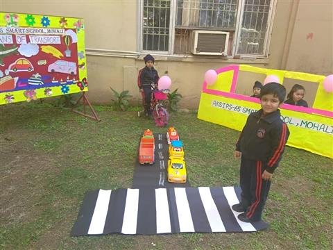 Toddlers organize an exibition on the means of transport....| AKSIPS 65 Chandigarh